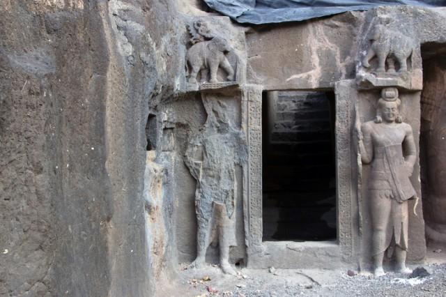 У входа-Грозный Guardian Yaksha