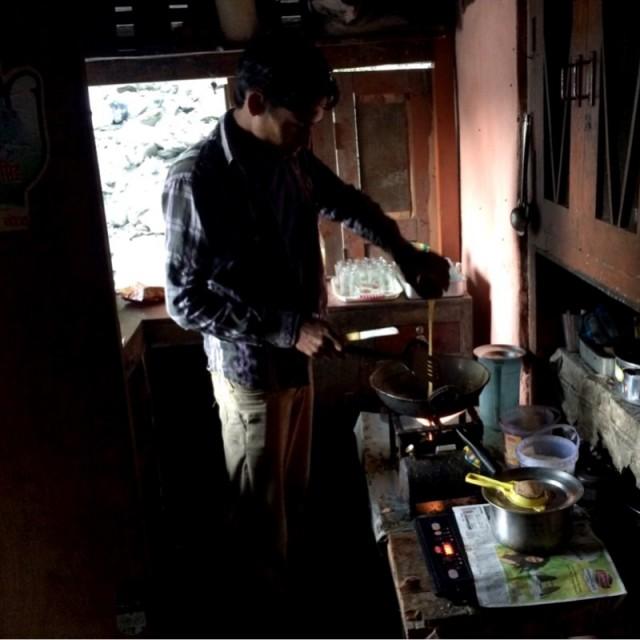 Бая готовит завтрак