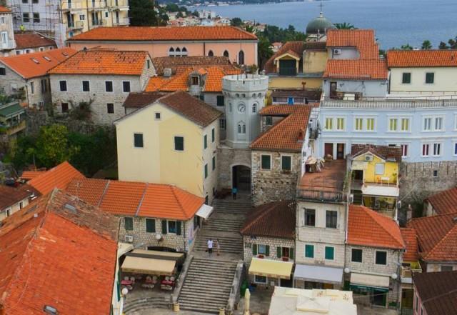 Площадь старого города, и наш дом под камерой