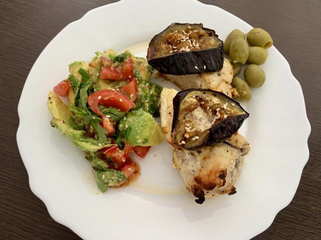 Запечённое куриное филе и салат из авокадо