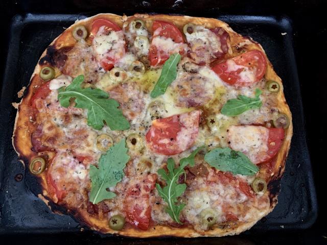Пицца с моцареллой, рукколой и салями