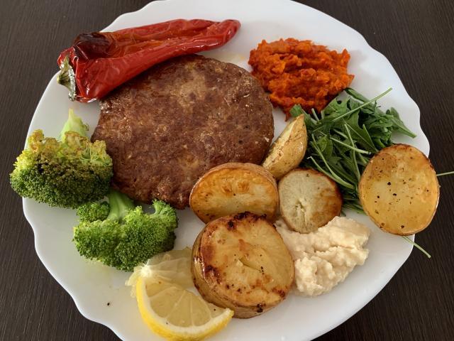 Плескавица с печёными овощами и каймаком