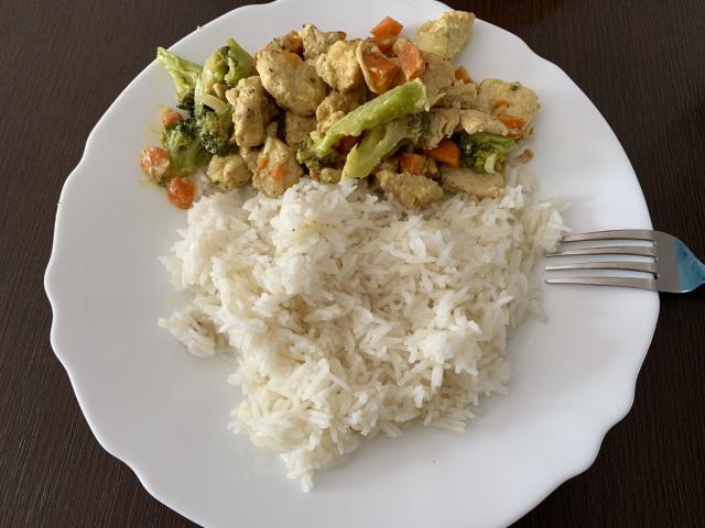 Рис с тушеной курицей и брокколи