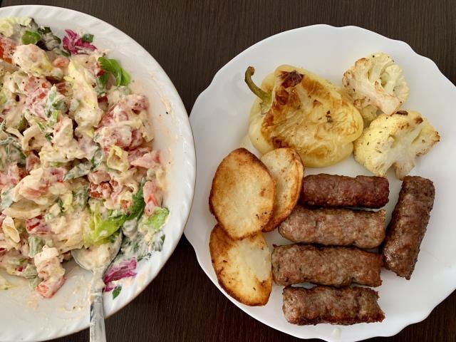 Чивапчичи и салат с молодым мягким сыром