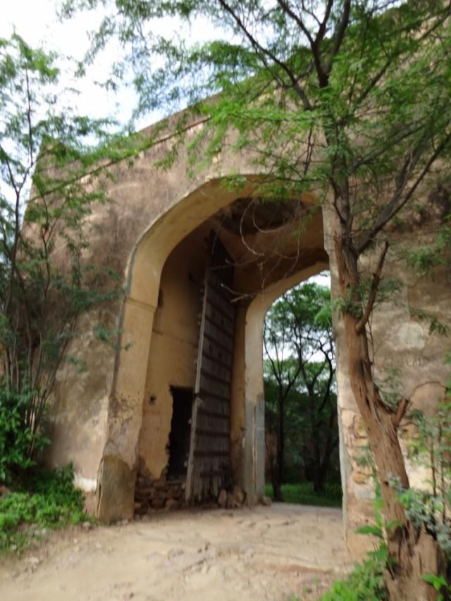Потом въезжаем в другие древние ворота