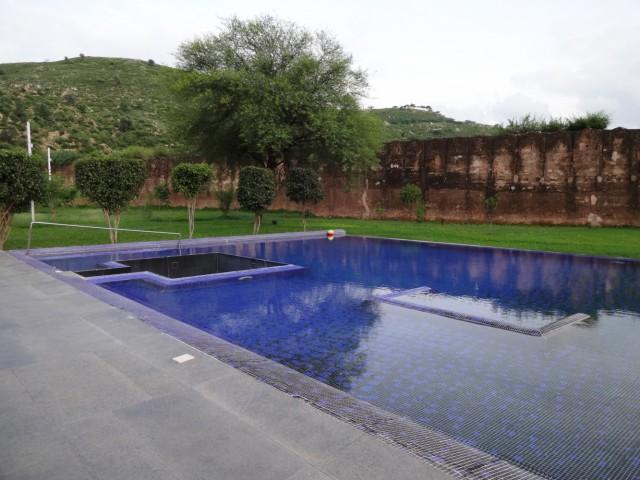 Бассейн прямо у стен древнего форта