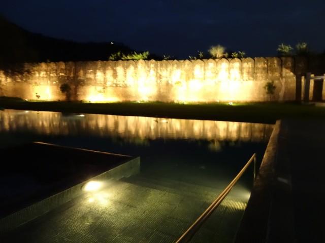 Бассейн у древних стен