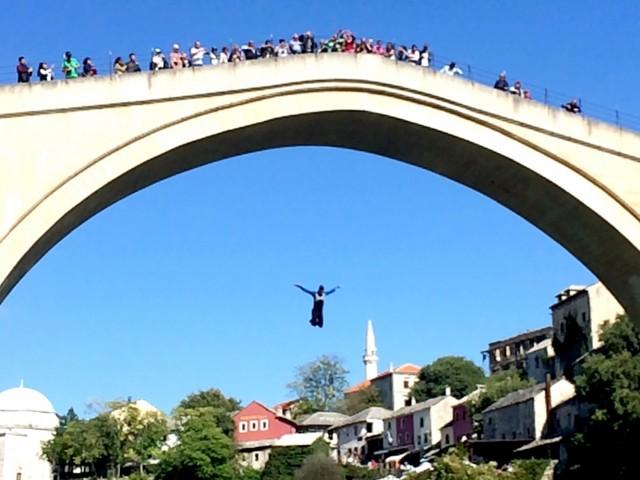 Народная забава - прыгать с моста
