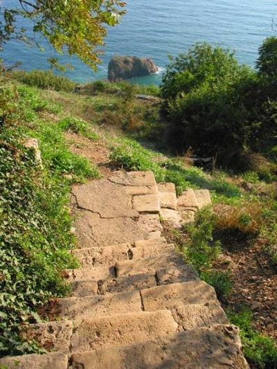 Монастыркая лестница и Георгиевская скала там-там-там далеко внизу