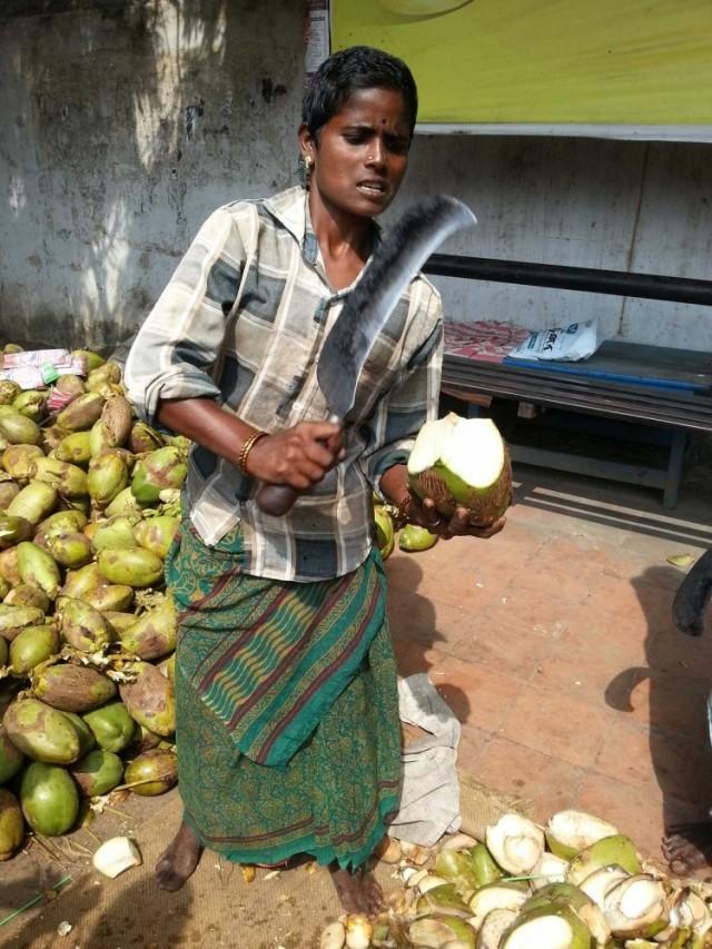 Очень ловко рубит кокосы.