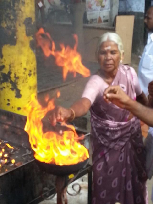 Шиваиты огнепоклонники, постоянно суют руки в огонь.