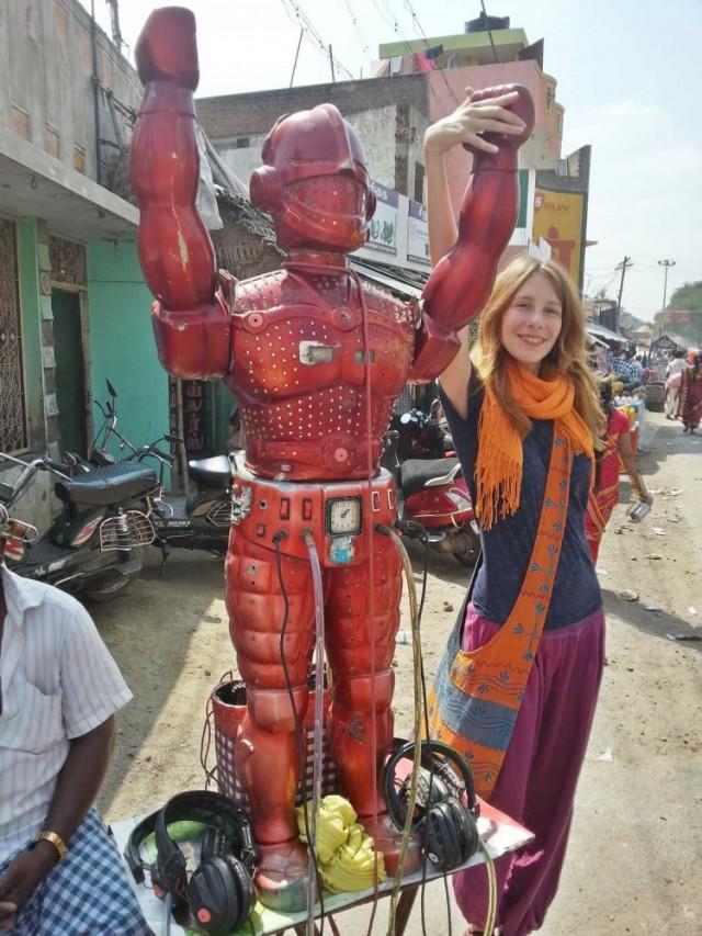 Тумза и большой человекообразный робот