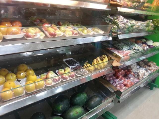 И фрукты в целофане по конской цене