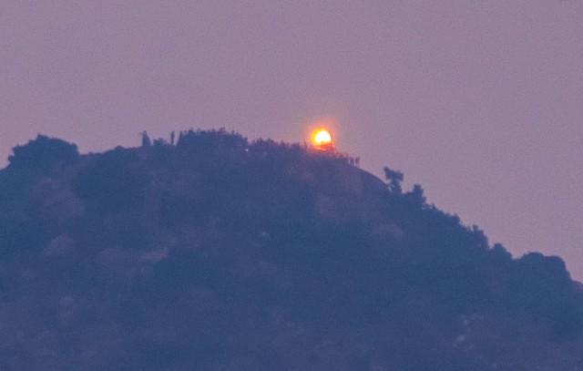 Огонь на горе, вид из города, с крыши нашего геста.