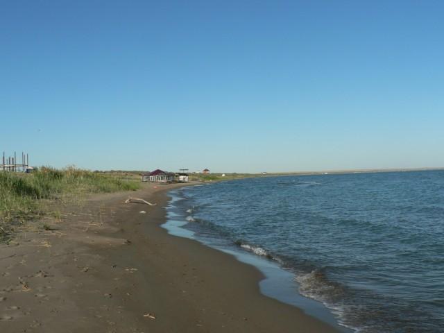 По большому счету - пустынный берег. А эта часть считается застроенной . Почти все базы отдыха Лепсов находятся здесь.