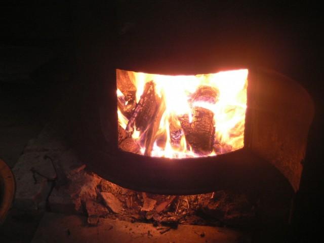 В бане уютно горит огонь
