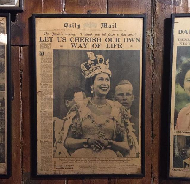 все стены украшены старыми газетами и рекламой