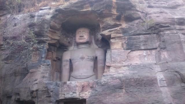 Джайнские статуи на подступах к форту