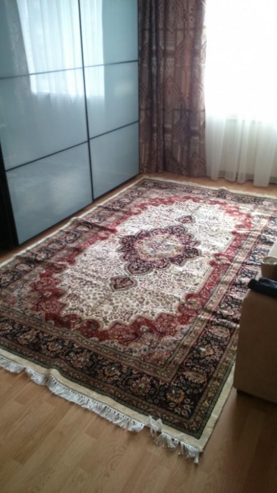 Первое время на ковре были небольшие заломы, но через пару недель они разгладились