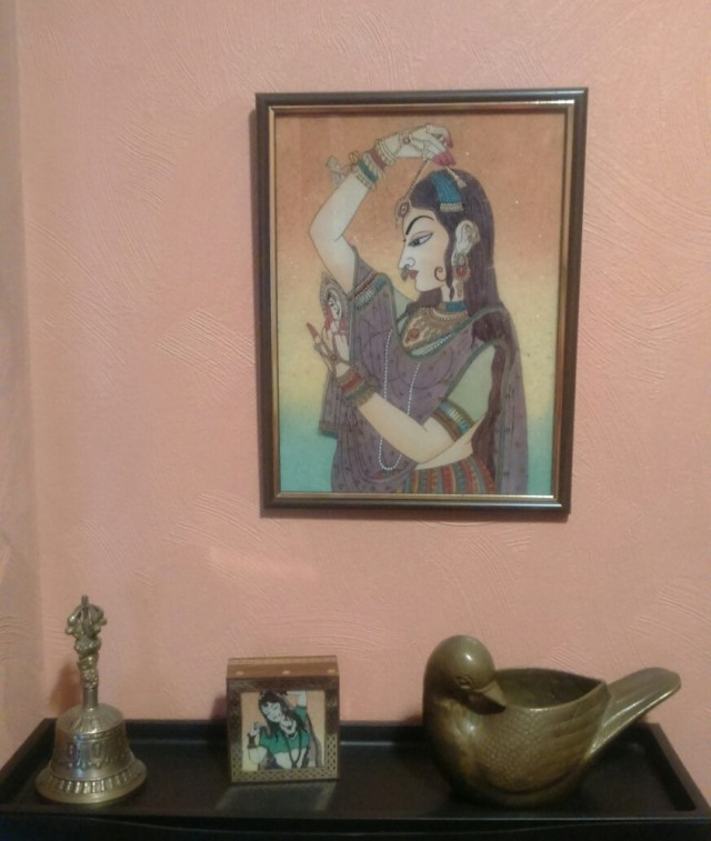 Коридорная полочка для мелочей, бронзовые тибетский колокольчик и ваза-уточка и картинка аля могольская миниатюра