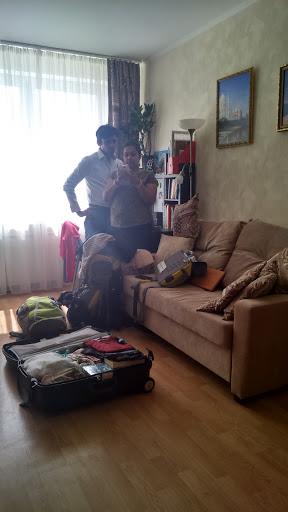 Свати и Винит пакуют чемоданы у меня дома