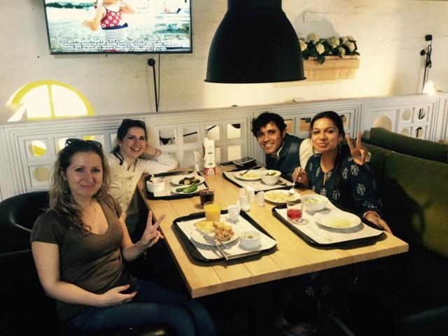 Обедаем в одной из кафешек костромского Коннот-Плейс