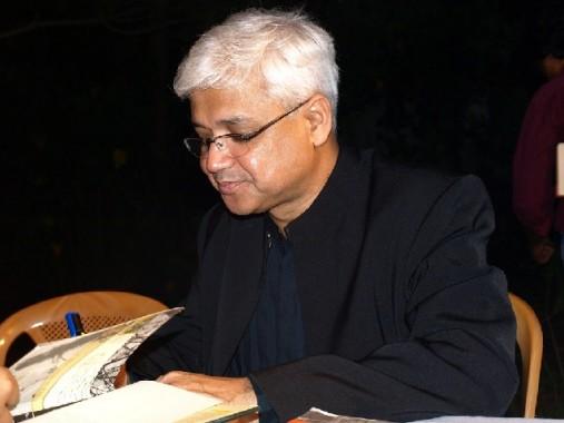 Амитав Гош раздаёт автографы