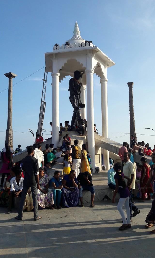 Детишки катаются с памятника Ганди, как с горки