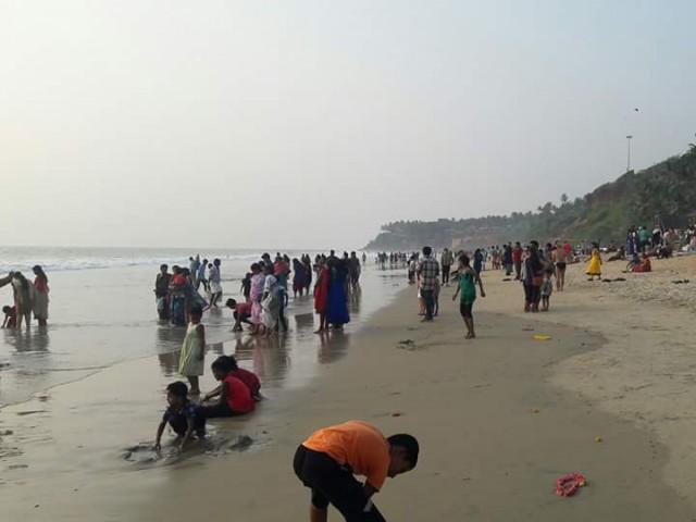 Индийцы высыпают на пляж к закату. Самые дерзкие дамы, обнажив волосатые голени, заходят в море по колено. Большинство наблюдают с пляжа