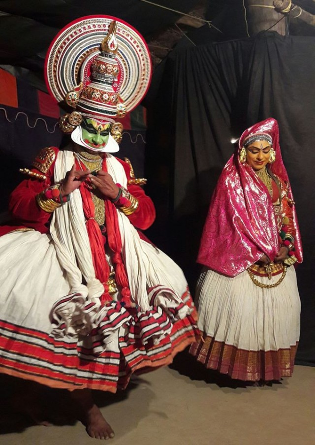 Накратхунди в обличие прекрасной девы пытается соблазнить Джаянтха. У женских образов лица желтые