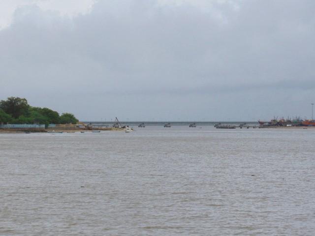 Этот мост соединяет остров с большой землей