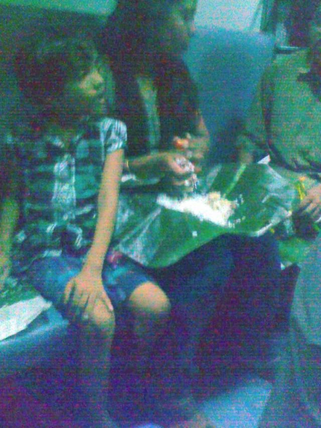 Мама с детьми ест рис с листа банана