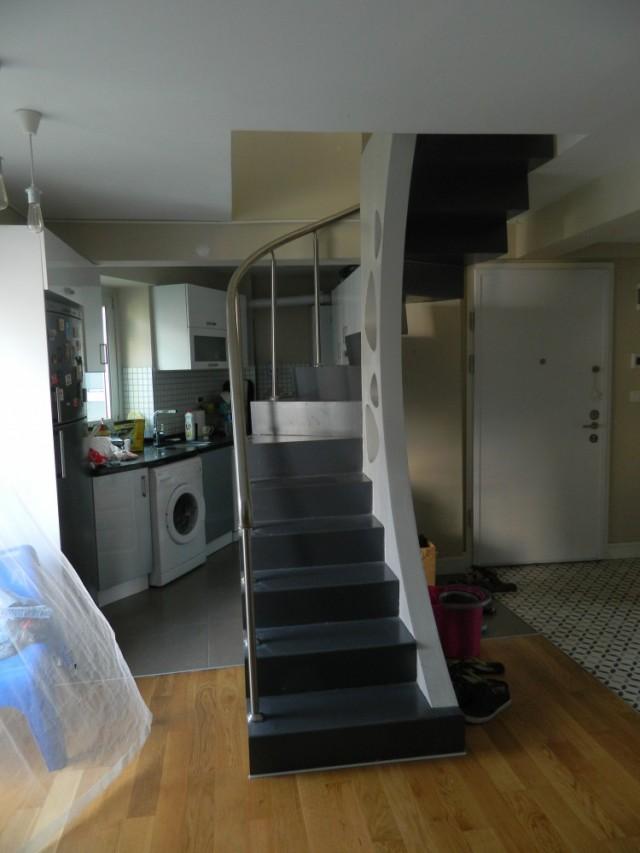 Кухня и лестница на второй этаж