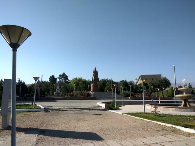 Памятник наверное Исмоили Самони , правителю государства Самонидов