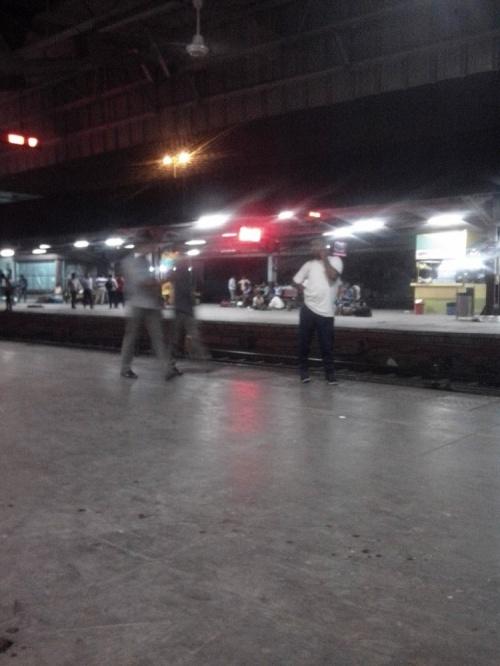 Перрон вокзала Хазрат Низамуддин