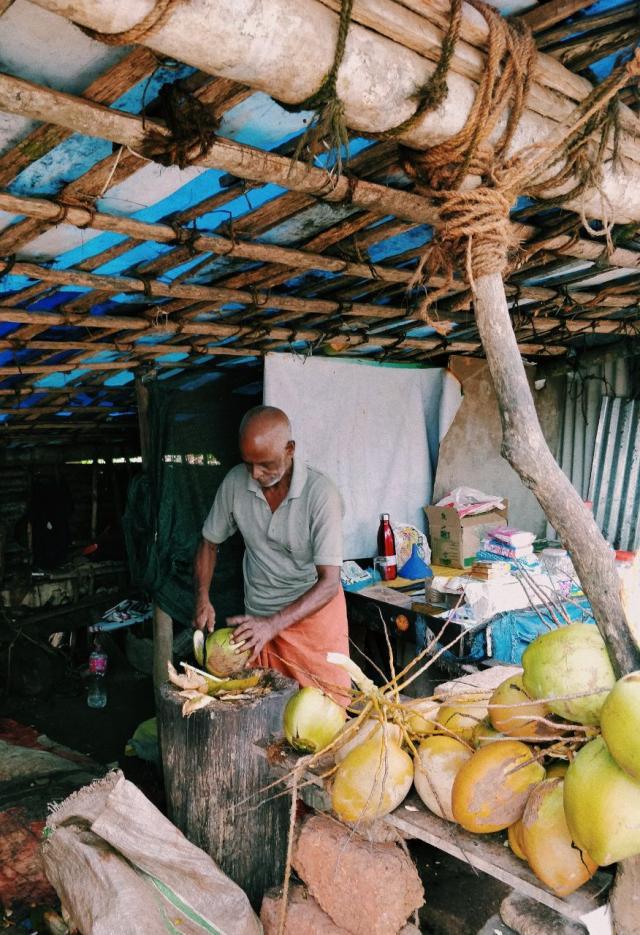 Кокосы по 30 руп, мелкие и часто кислые
