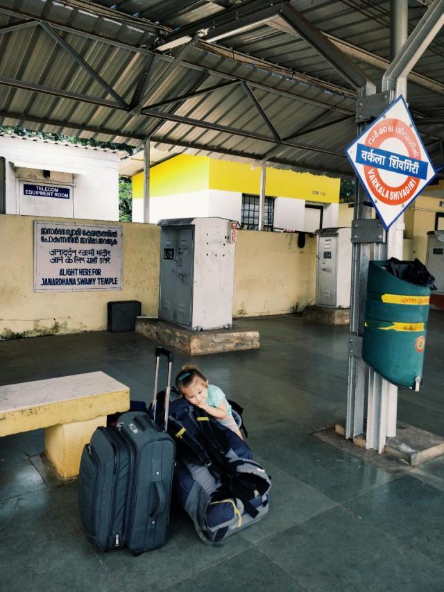 True backpacker в ожидании поезда