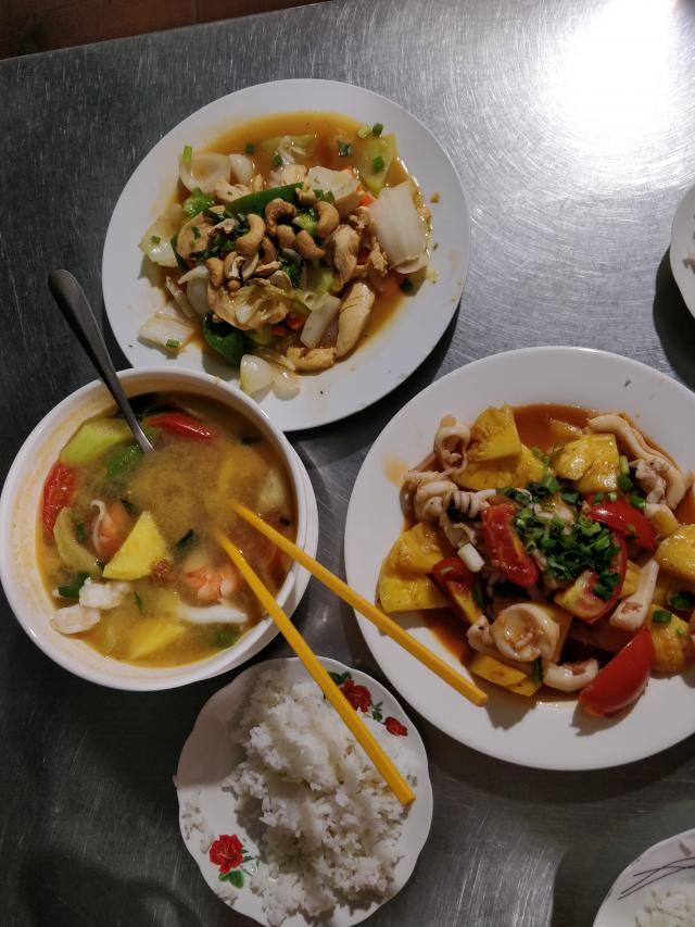 Кальмары с ананасом, курица с кешью, кислый суп с морепродуктами, все по 140 руб