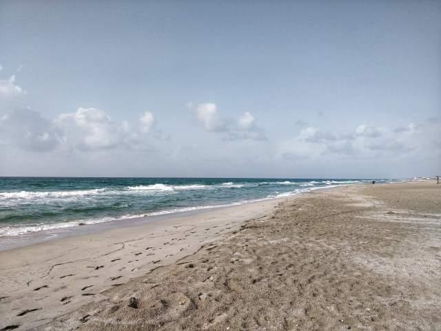 Пустынный пляж