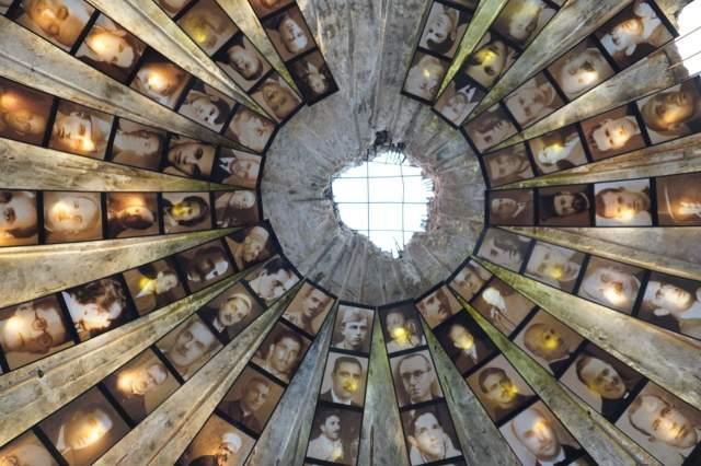 Потолок при входе в музей