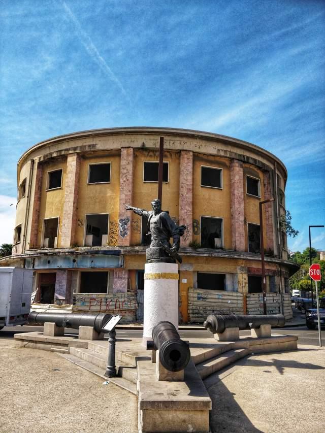 Памятник народному герою Муйо Ульчинаку; противостоял вторжению фашистской Италии