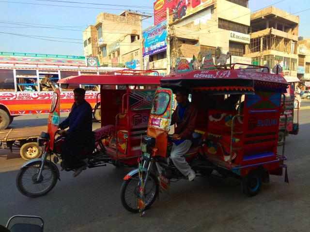 Рикшамены вежливо предлагали подвезти