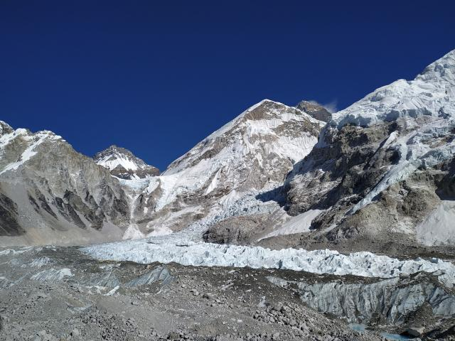 Ну раз уж другие фотки с лагеря я уже выложила. Посередине Нуптце, черная вершина за ней - Эверест. Внизу у ледника можно разглядеть палатки