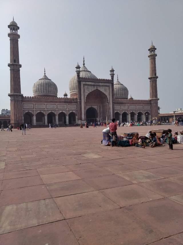 Во дворе мечети Джамма Масджид