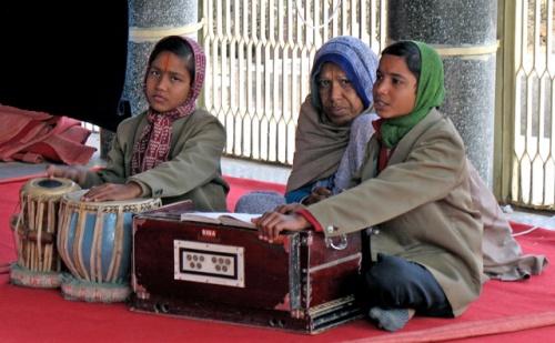 В храмике Нидхувана: певцы божественной славы