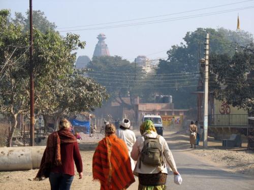 Смиренные паломницы, впереди высится башня храма Модан-Мохан