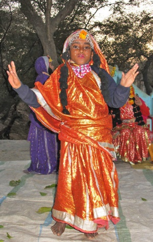 Представление начинается с танцев и песен сакхи в честь Божественной четы.