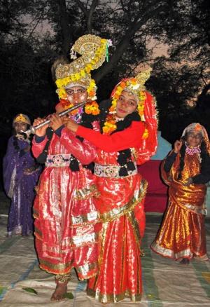 Потом Радха и Кришна, уже не в силах усидеть на месте, сами начинают петь и танцевать.