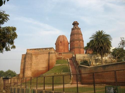 Храм Модан-Мохан. Скоро пройдет 300 лет со времени осквернения его мусульманами, и он снова откроется для людей.