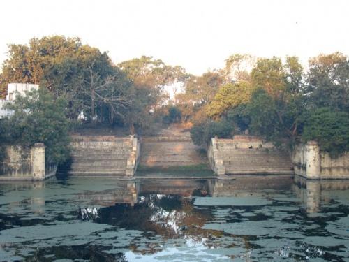 Прия-кунд - озеро, в котором Радхарани совершала омовение. Рядом с ним и находится ашрам.